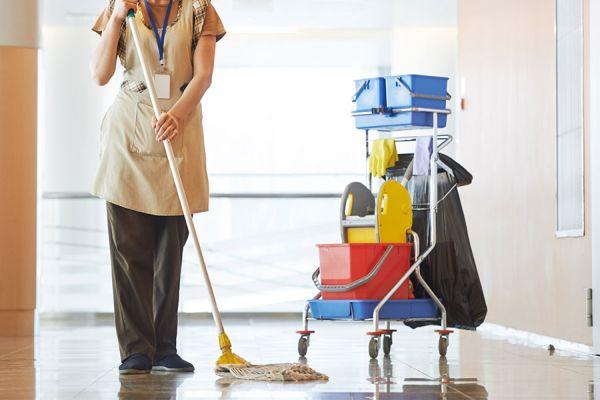 Уборщика проводит влажную уборку