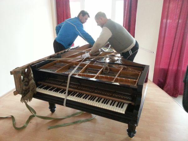 Подготовка к сносу рояля