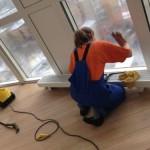 Уборщица моет окна